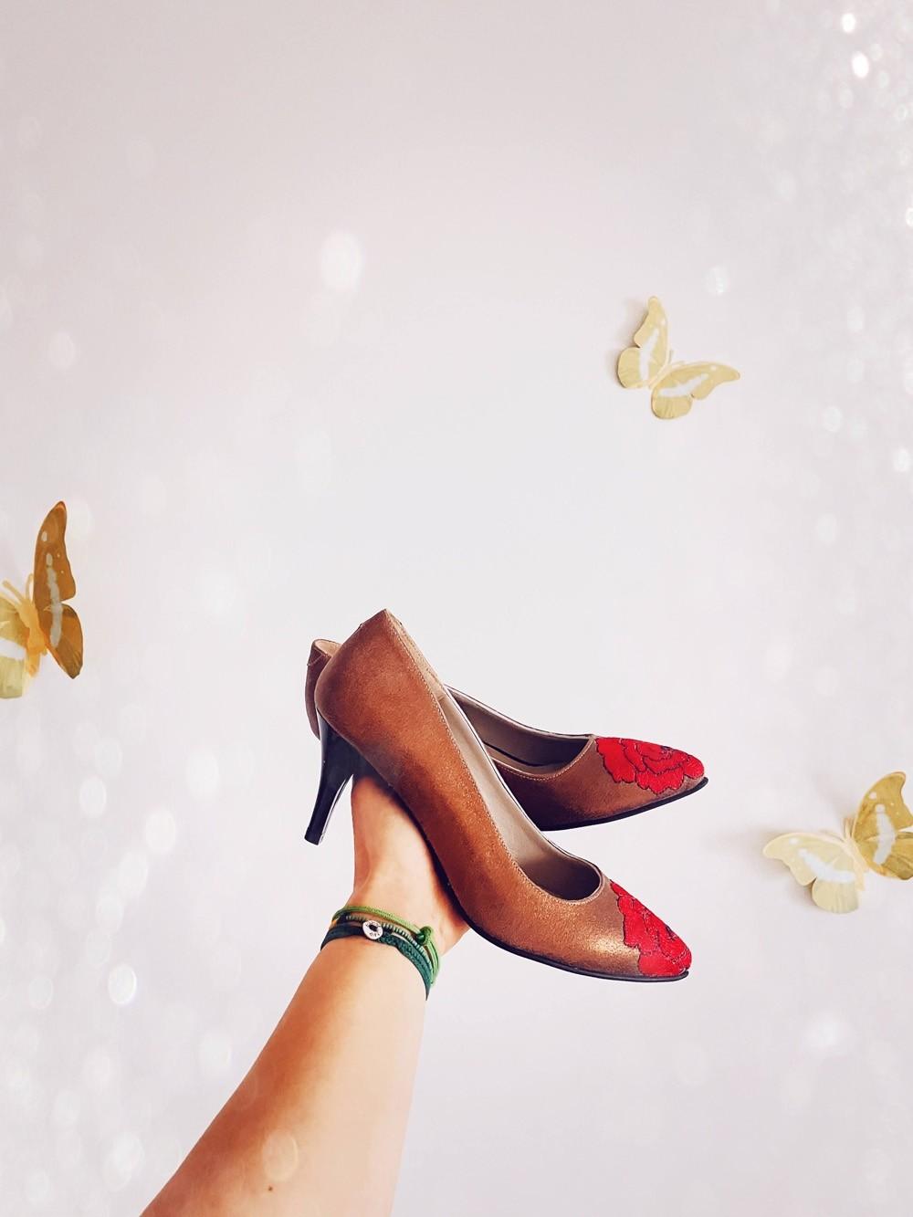 Pantofi dama stiletto cu toc mic si broderie din flori multicolor - Maro gold