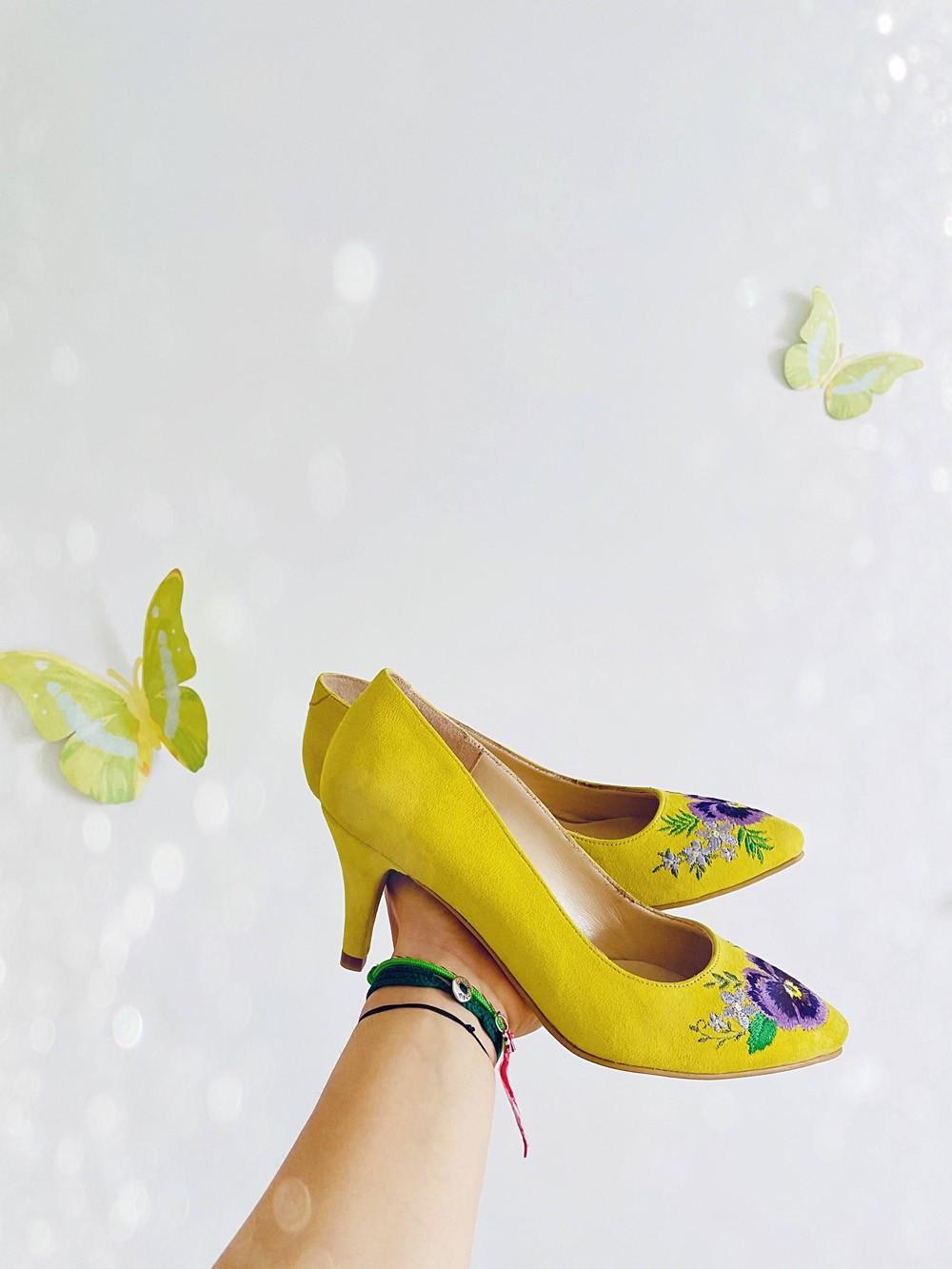 Pantofi dama stiletto cu toc mic si broderie din flori multicolor - Galben