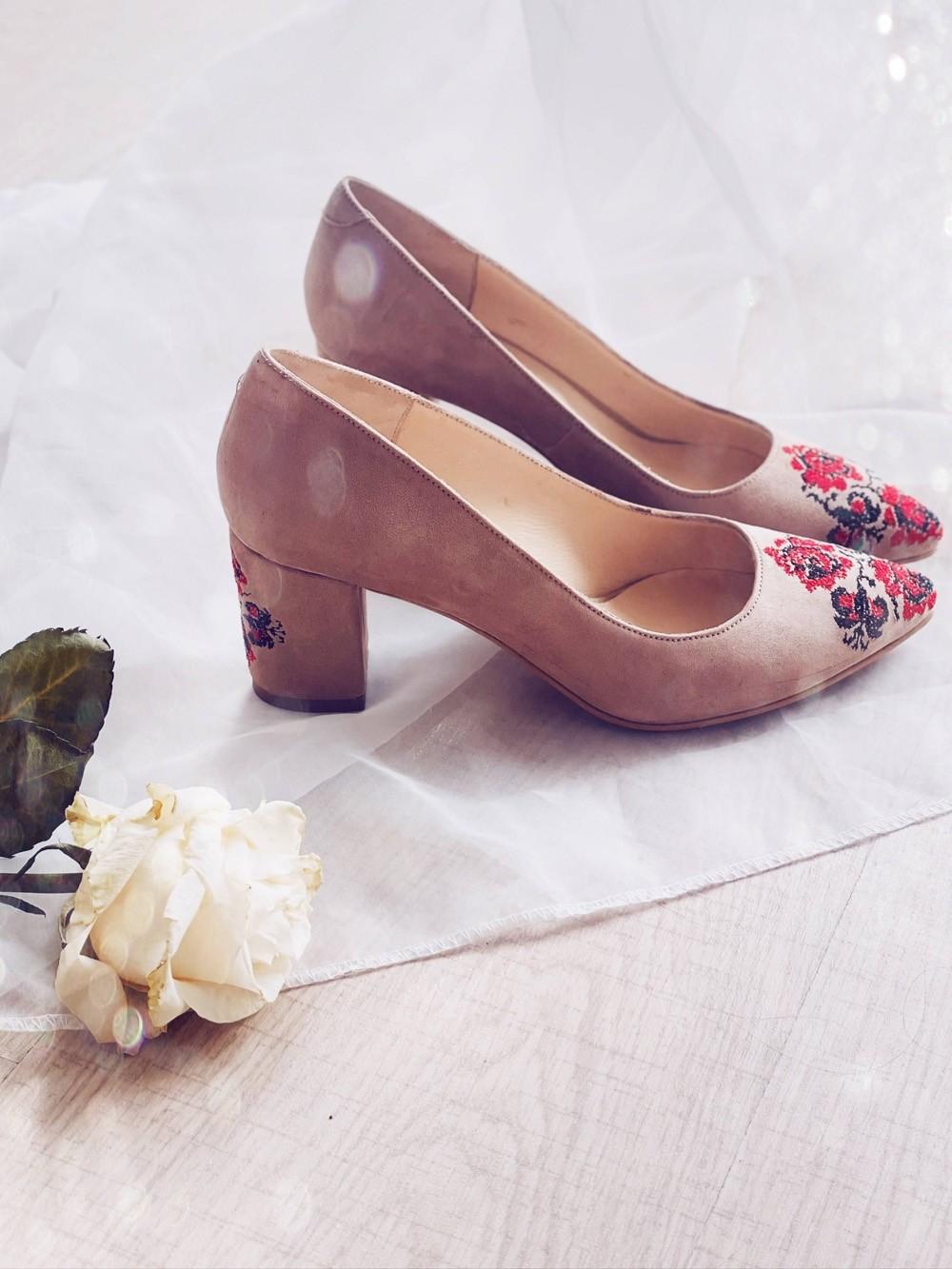 Pantofi dama stiletto cu toc gros si broderie traditionala - Nude